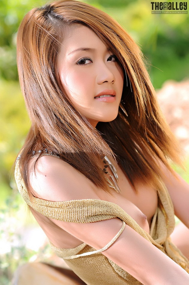 -fang-01_shows-her-bald-shaved-pussy-in-public Vulva Pictures, pussy ...